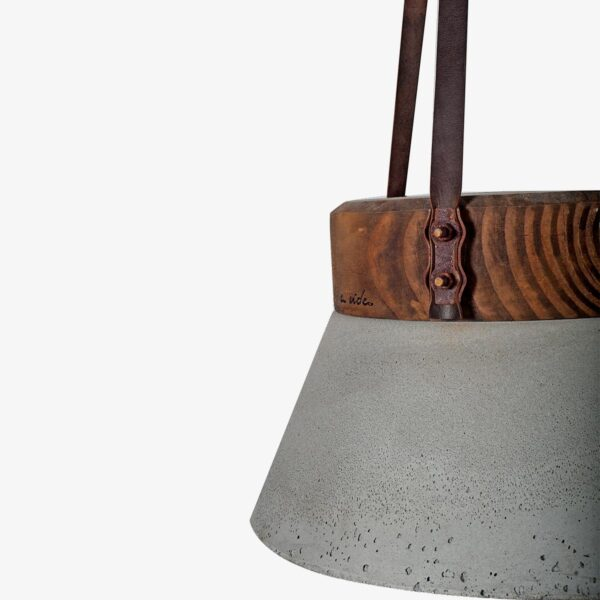 Detalle lámpara Concrete and wood ceiling leather