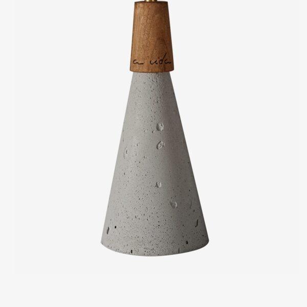 Detalle lámpara colgante de cemento gris y madera   Avida